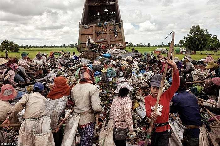 Nhiều gia đình nghèo phải làm việc 10h đồng hồ tại bãi rác nhưng chỉ kiếm được không quá 30 nghìn đồng mỗi ngày