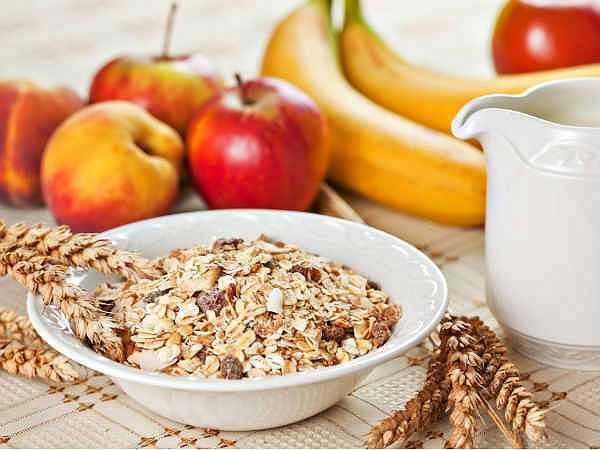 Duy trì chế độ ăn uống: Khi ở nhà, bạn vẫn có thể có được trọng lượng khỏe mạnh và cơ bắp săn chắc bằng việc duy trì chế độ ăn uống với những thực phẩm lành mạnh chứa protein và carbohydrate.