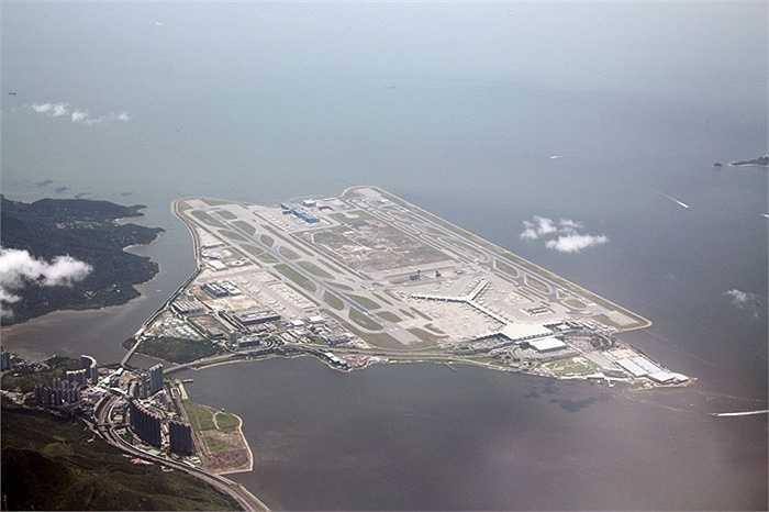 Sân bay quốc tế Hồng Kông : các sân bay chính tại nằm trên hòn đảo nhân tạo của Chek Lap Kok, được thương mại hóa và đưa vào hoạt động từ năm 1998. Hiện đang là một trong những sân bay đông đúc nhất thế giới
