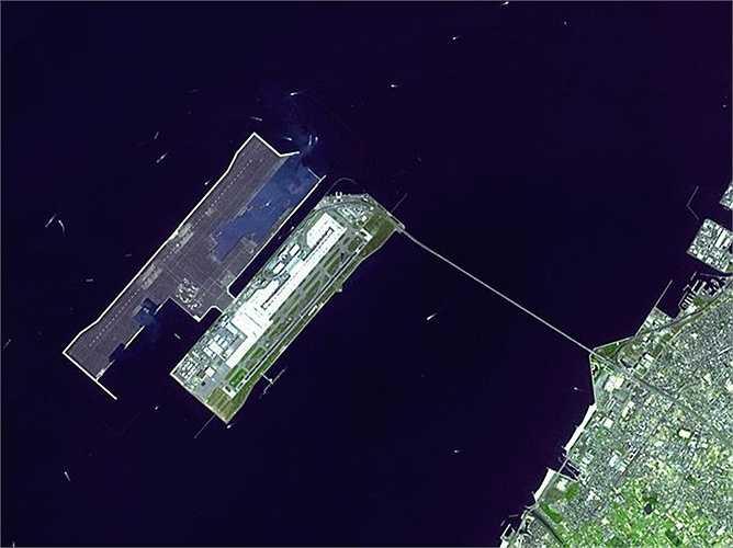 Sân bay quốc tế Kansai, Nhật Bản : nằm trên một hòn đảo nhân tạo ở giữa Vịnh Osaka. Đây là sân bay ngoài khơi bờ biển Honshu và được thiết kế bởi kiến trúc sư người Ý Renzo Piano