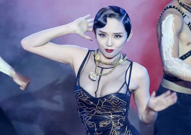Nữ ca sĩ gợi cảm với 'vũ điệu cồng chiêng' ở đêm thi thứ 4 của Hòa âm ánh sáng.
