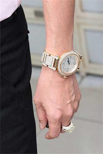 Ông hoàng nhạc Việt thu hút sự chú ý khi xuất hiện với chiếc đồng hồ của một thương hiệu nổi tiếng có phần mặt và dây đeo gắn kim cương. Giá trị của chiếc đồng hồ khoảng 180.000 USD (gần 4 tỷ đồng).