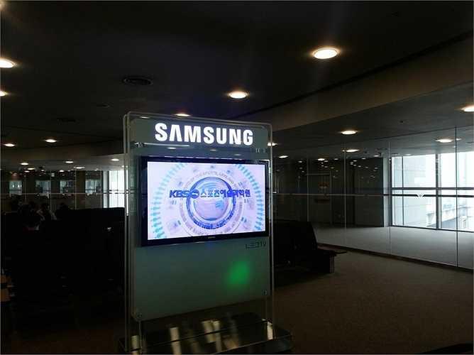 Ngay sau khi bước xuống máy bay từ chuyến đi kéo dài 13 giờ đồng hồ, chiếc TV của Samsung là một trong những thứ đầu tiên Kim nhìn thấy ở sân bay.