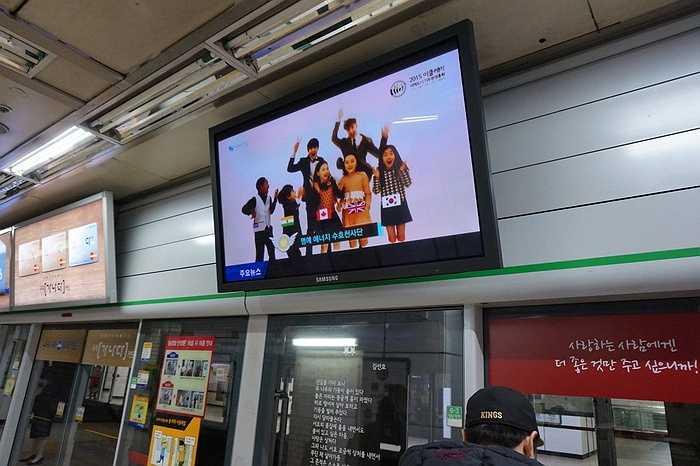 Khi trở về nhà bằng tàu điện ngầm, ở mỗi trạm dừng, xuất hiện vô số những màn hình Samsung cỡ lớn trình chiếu các dịch vụ, sản phẩm của hãng này