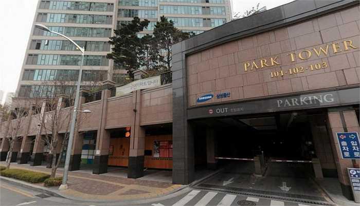 Trong chuyến về Hàn Quốc lần này, Kim ở nhờ nhà bố mẹ vợ tại nơi có tên gọi là Park Tower, đây cũng là tòa nhà do Samsung sở hữu.