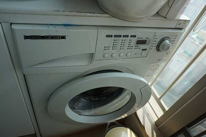 Cũng giống như nhiều hộ gia đình khác ở đây, chiếc máy giặt tại nhà của bố mẹ vợ Kim đều mang nhãn hiệu Hauzen, hãng chuyên sản xuất đồ gia dụng của Samsung.