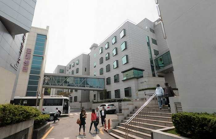 Vào ngày hôm sau, Kim đến sức khỏe tại bệnh viện gần nhà có tên Cheil Medical Center và khá ngạc nhiên khi nơi này cũng nằm trong quyền sở hữu của Samsung.