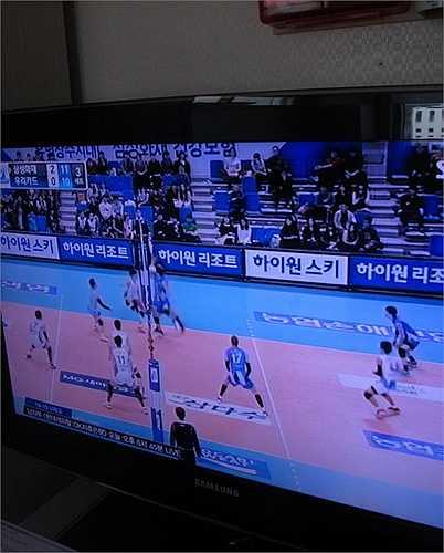 Nếu việc các TV tại bệnh viện này đều mang thương hiệu Samsung không có gì quá ngạc nhiên thì đáng chú ý hơn, chương trình được chiếu đi chiếu lại nhiều lần là một trận thi đấu bóng chuyền, trong đó có đội do chính Samsung tài trợ