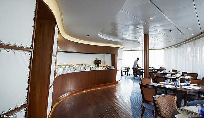 Các căn hộ có 3 phòng ngủ, riêng căn penthouse có 6 phòng ngủ. Trên tàu The World luôn có khoảng 200 khấch