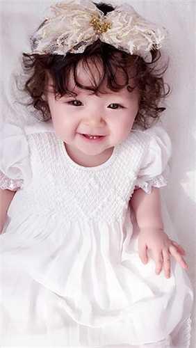 Cadie - con gái Elly Trần xinh xắn như công chúa.