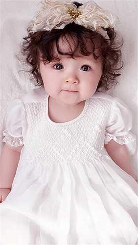 Cô bé thừa hưởng nhiều nét đẹp của mẹ.