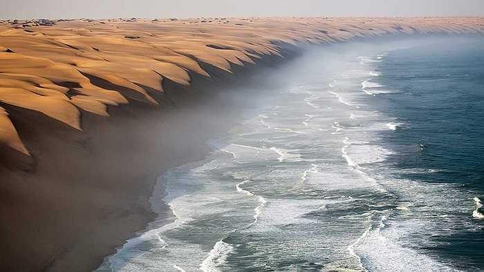 Nơi giao nhau giữa sa mạc Namib với Đại Tây Dương tại Swakop, Namibia