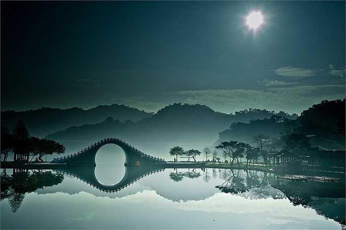 Cầu trăng trong Dahu Công viên Đài Bắc