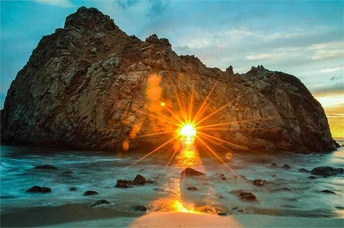 Sunset giữa những khe đá tại bãi biển Pfeiffer, California