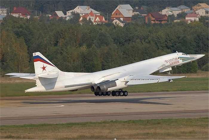 Máy bay ném bom siêu thanh Tupolev Tu-160 của Nga