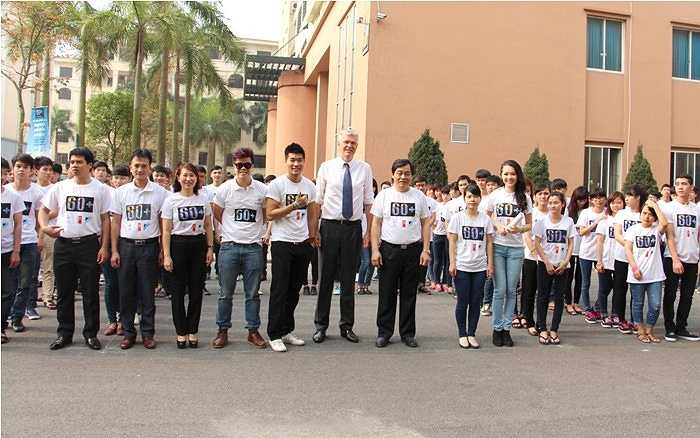 500 sinh viên ĐH Công nghiệp Hà Nội cùng các đại sứ và đại diện Bộ Công Thương, lãnh đạo nhà trường thực hiện xếp hình 60+HAUI (tên viết tắt của ĐH Công nghiệp Hà Nội).