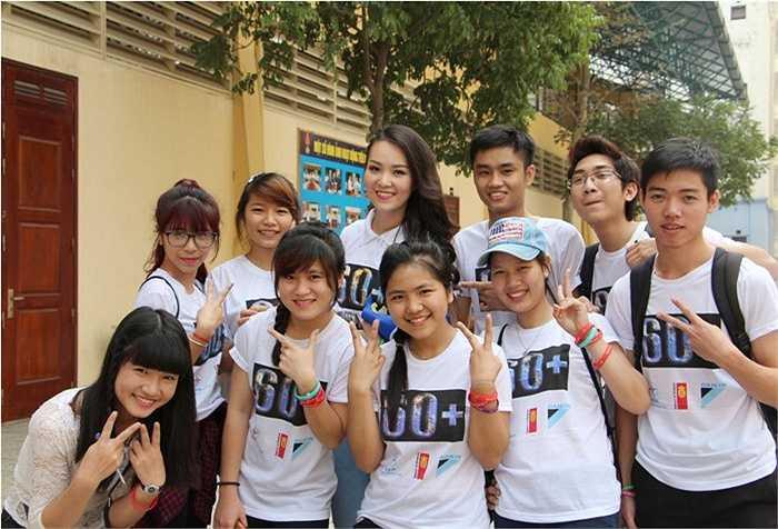 Sinh viên ĐH Công nghiệp Hà Nội không quên chụp ảnh cùng Á hậu Thụy Vân