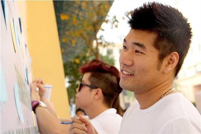 Đại sứ của chương trình - ca sỹ Tạ Quang Thắng ký tên ủng hộ Giờ trái đất