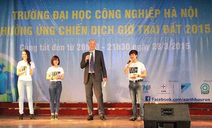 Ngài John Nielsen - Đại sứ Đan Mạch tại Việt Nam chia sẻ với sinh viên ĐH Công nghiệp về thông điệp bảo vệ môi trường