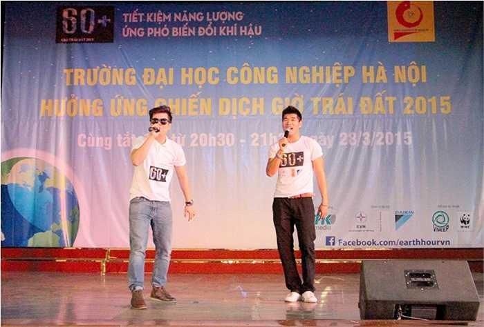 Ca sỹ Đinh Mạnh Ninh cũng khiến sinh viên ĐH Công nghiệp Hà Nội thích thú