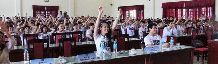 Á hậu Thụy Vân và hàng trăm sinh viên cổ vũ hết mình cho những nghệ sỹ trên sân khấu
