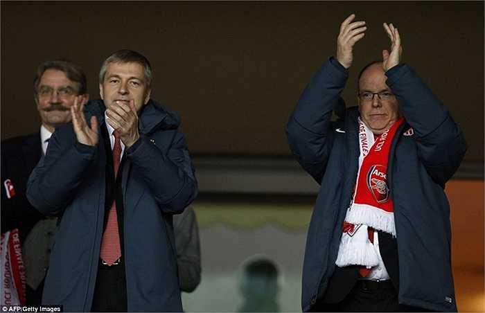 Hoàng tử Albert II (phải) và Chủ tịch CLB Dmitriy Rybolovlev (trái) hoan hỉ sau khi trận đấu kết thúc