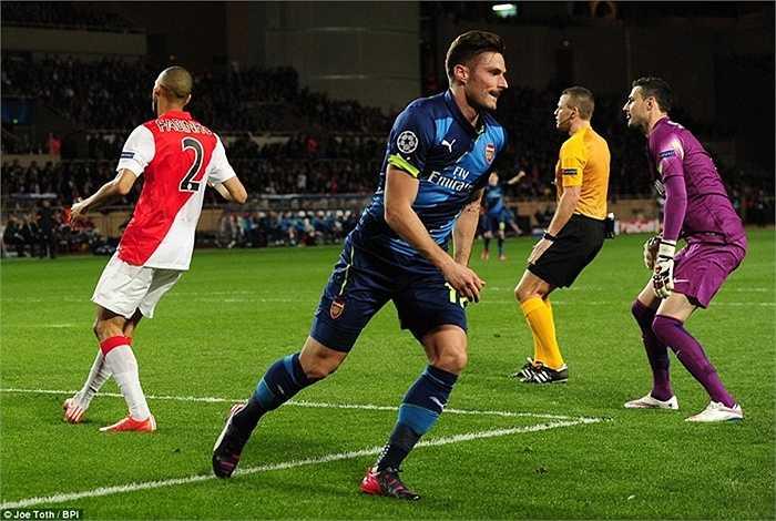 Trở lại với trận đấu, Giroud là người mở điểm cuối hiệp 1