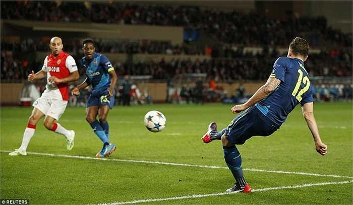 Sau 2 pha dứt điểm liên tiếp, tiền đạo người Pháp đã đưa được bóng vào lưới đối phương