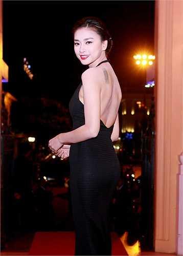 Ngô Thanh Vân vừa thanh lịch, vừa quyến rũ với chiếc đầm đen. Cách tạo dáng này giúp cô khoe cả hình xăm chạy dọc một bên vai.