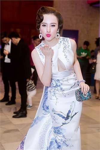 Angela Phương Trinh trong thiết kế nửa kín, nửa hở của Lê Thanh Hòa. Cùng với kiểu tạo dáng cúi người, cô cũng 'tặng kèm' một nụ hôn gió.