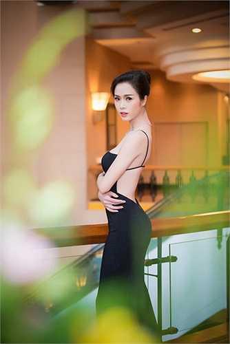 Đứng nghiêng người và khoe đường cong hình chữ S cũng là một tư thế đẹp mà nhiều mỹ nhân Việt lựa chọn. Ngọc Anh Top 5 HHVN là một trong số đó.