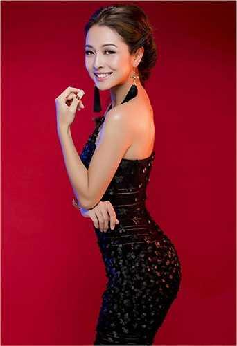 Jennifer Phạm quyến rũ với đầm tông đen ôm sát cơ thể.