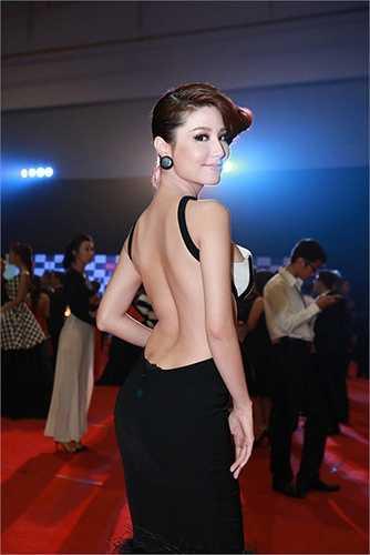 Nhìn từ phía sau, chiếc váy của Diễm My 9x tại một sự kiện thảm đỏ càng thêm sexy.