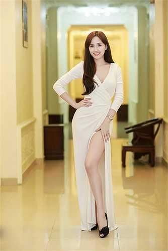 Trụ một chân và hơi kiễng chân còn lại là cách tạo dáng quen thuộc khi sao Việt chọn đầm xẻ cao.