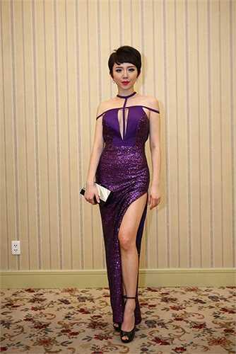 Tóc Tiên hút hồn với một trong những chiếc váy xẻ tà trong bộ sưu tập của cô.