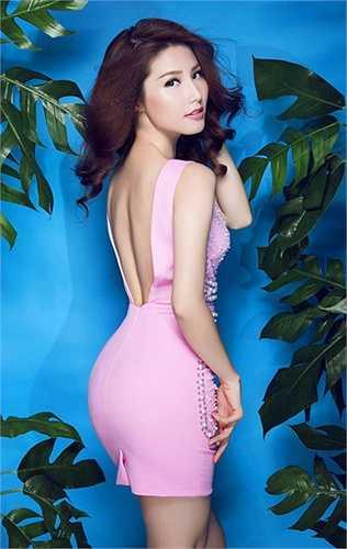 Trong một lần chụp ảnh tại studio, cô cũng tạo dáng tương tự, khoe tấm lưng thon và vòng 3 quyến rũ.