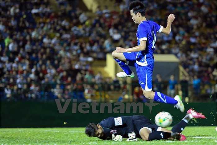 Văn Toàn cũng vào sân ở hiệp đấu này và chơi rất năng nổ. Anh sớm để lại dấu ấn với những pha phối hợp có nét trước, trong vòng cấm Đồng Nai. (Ảnh: Vietnamplus)