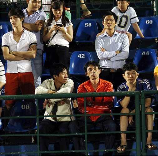 Khá giả không lấy gì làm hào hứng trước màn trình diễn của 2 đội. (Ảnh: VSI)