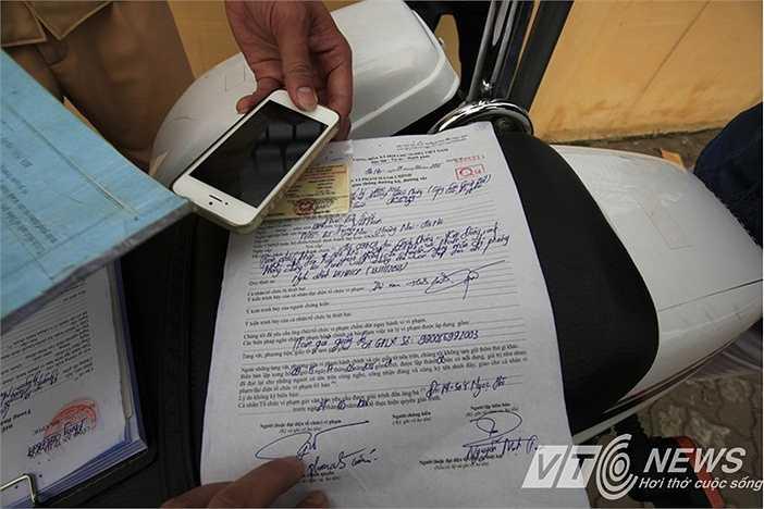 Một tài xế bị tạm giữ giấy tờ do lỗi vượt đèn đỏ (Minh Chiến - Việt Linh)