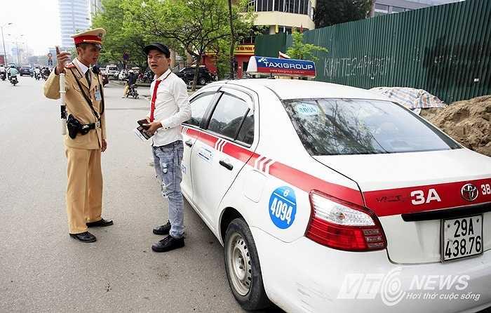 Ngay lập tức, các xe vi phạm sẽ bị dừng để xử lý.