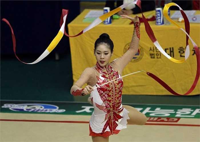Trong sự nghiệp thể dục nghệ thuật, Shin Soo-Ji từng đoạt một HC bạc và hai HC đồng tại giải vô địch châu Á năm 2009. Tại Olympic Bắc Kinh 2008, Shin xếp vị trí thứ 12. Tại giải vô địch thế giới 2007, nữ VĐV xinh đẹp này đứng thứ 17 chung cuộc.