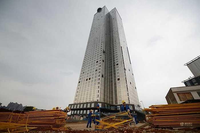 Tòa nhà 'Little Sky City' cao 57 tầng ở Hồ Nam (Trung Quốc) đã hoàn thành sau 19 ngày khởi công gây sốt cộng đồng mạng. Đây là tòa nhà được xây với tốc độ kỷ lục, huy động hơn 1000 nhân công làm việc liên tục.