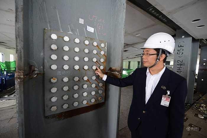 Các đinh vít cỡ lớn ở khung thép đảm bảo an toàn cho công trình. Tòa nhà rộng 180.000m2 đáp ứng chỗ làm việc cho 4.000 người và 800 hộ gia đình ở