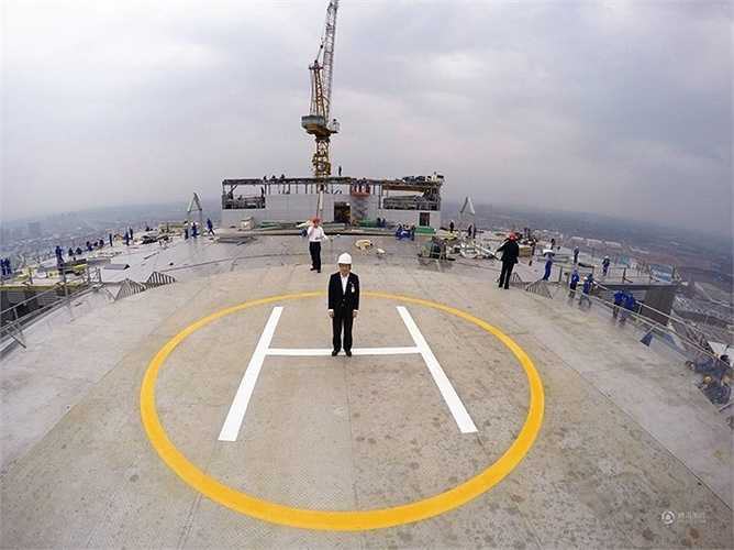 Bãi đỗ sân bay trực thăng ngay trên sân thượng tòa nhà. Ban đầu công trình dự kiến cao 97 tầng nhưng sau rút xuống 57 tầng do gần sân bay địa phương