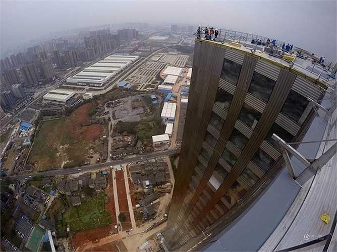 Với tiến độ kỷ lục, 3 tầng/ngày, công trình sử dụng loại gạch đúc sẵn thân thiện môi trường