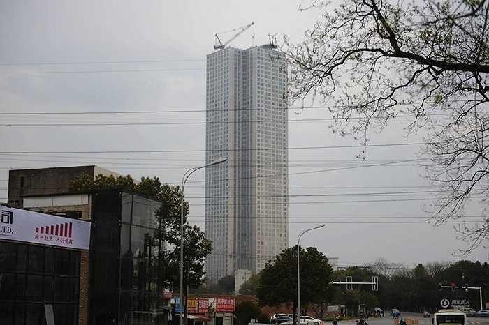 Công trình này nổi bật trong thành phố với lớp kính phủ ngoài khung thép