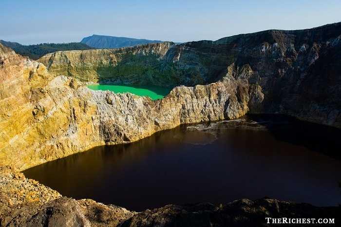Hồ Kelemutu, Indonesia thu hút rất nhiều khách du lịch bởi cụm ba hồ đổi màu: xanh ngọc, đen, xanh rêu