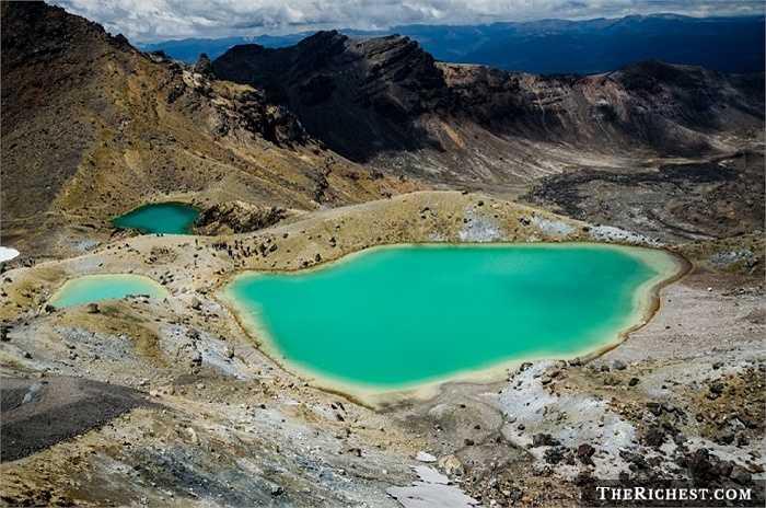 Hồ Emerald ở Tongariro, New Zealand có nước màu xanh ngọc tuyệt đẹp