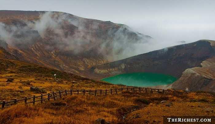 Hồ Okama, Nhật Bản hình thành sau trận núi lửa phun trào năm 1720 và là điểm đến du lịch hấp dẫn với nước hồ đổi màu