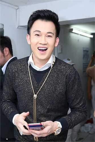 Dương Triệu Vũ - người em thân thiết của Đàm Vĩnh Hưng - cũng xuất hiện trong đêm nhạc Đối mặt. Nam ca sĩ cũng đeo chiếc đồng hồ giống hệt đàn anh.